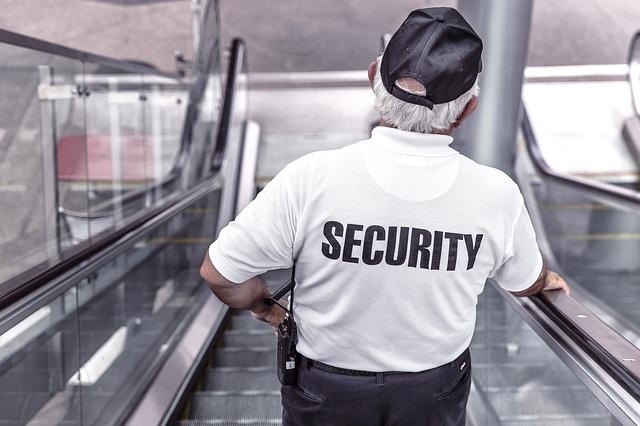 警備員がエスカレーターで下っている画像